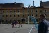 Symbolické utkání mladých fotbalistů TJ Sokol Terezín před budovou zdevastovaných Drážďanských kasáren